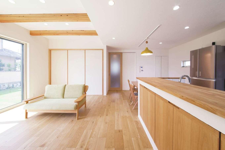 幹工務店【デザイン住宅、子育て、省エネ】リビングは天井の梁がアクセント。TVボードも『幹工務店』のオリジナル