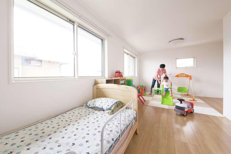 幹工務店【デザイン住宅、子育て、省エネ】将来2部屋に仕切って使える子ども部屋。開口部から明るい光が注ぎ、気持ちのいい風が巡る
