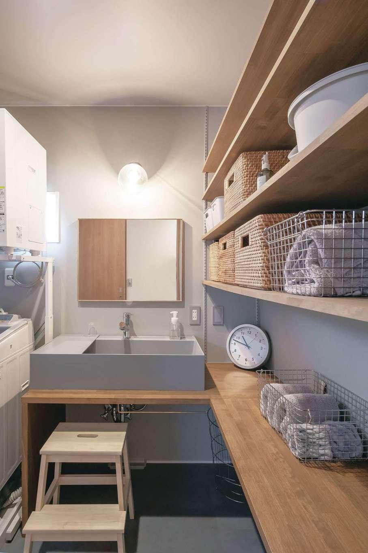 幹工務店【デザイン住宅、自然素材、インテリア】自宅の洗面スペースはシンクや腰壁をグレーで統一。収納棚もたっぷり設けてある