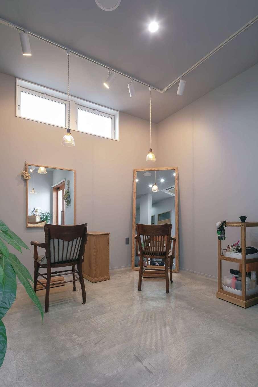 幹工務店【デザイン住宅、自然素材、インテリア】家具や鏡、建具はすべて家具店のオーダーメイド。無機質なグレーの空間に木の家具やアンティーク照明が温かみを添え、グリーンやドライフラワーの彩りが映える