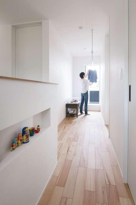 幹工務店【自然素材、間取り、ガレージ】2階のフリースペースは室内干しに利用。日当たりが良く、建物の断熱性も高いため、洗濯物が1日で気持ちよく乾く