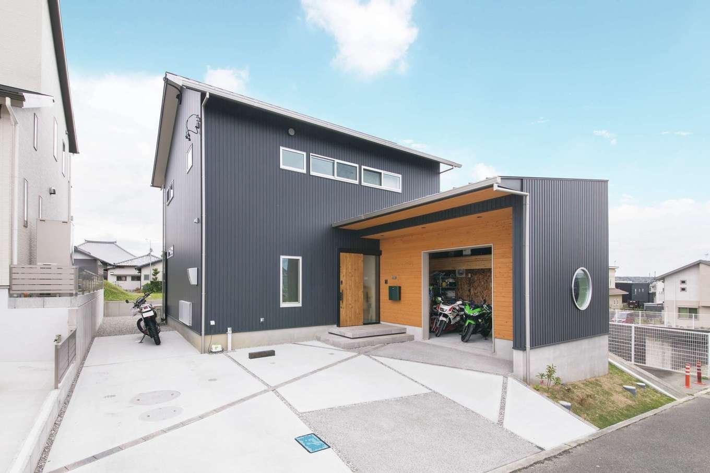 幹工務店【自然素材、間取り、ガレージ】バイクガレージ付きのスタイリッシュな外観。ガレージ部分の板張りと三角屋根がアクセント