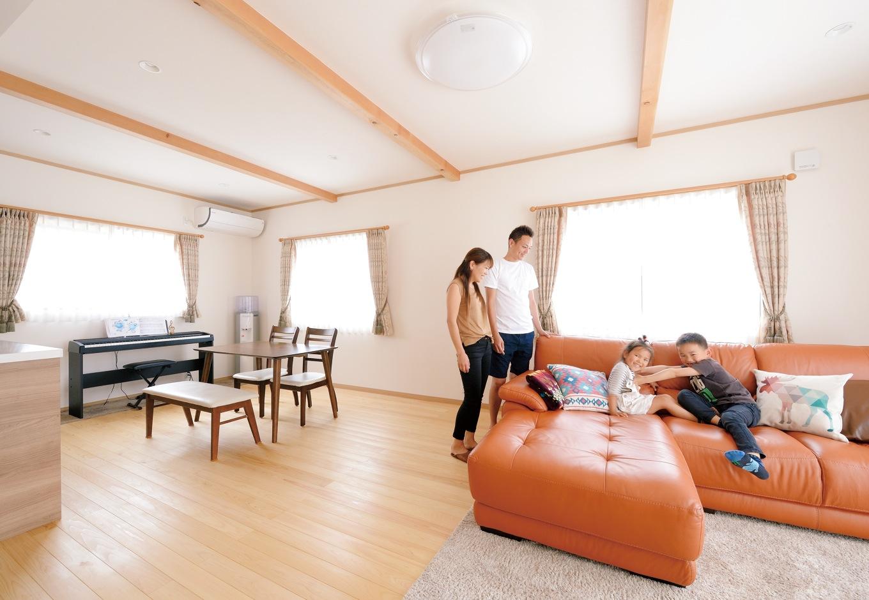 Um House(マル祐戸田建築)【子育て、収納力、平屋】明るく開放感のあるリビングにするために、窓を大きく、梁を現しにして天井を高く した。居心地がいいので、子どもたちも個室にこもることなく集まって来る