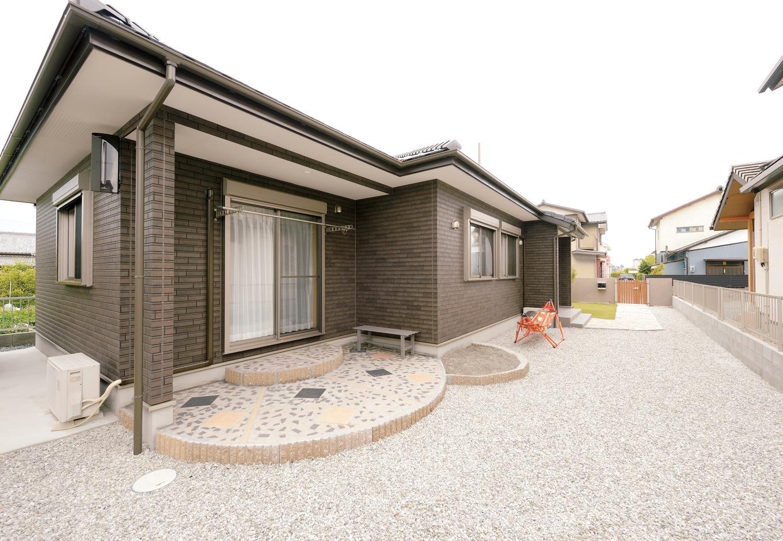 Um House(マル祐戸田建築)【子育て、収納力、平屋】東西に長い100坪の敷地を活かした平屋。おじいちゃんが造作した広い庭でBBQを楽しむ