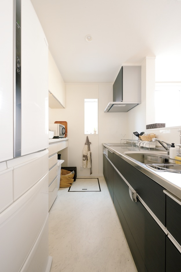 Um House(マル祐戸田建築)【子育て、収納力、間取り】モノトーンのスタイリッシュなキッチンを中心にした家事動線のおかげで、何かと忙しい朝や夕方の時間も効率的に家事ができる