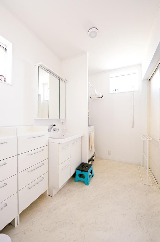 Um House(マル祐戸田建築)【子育て、収納力、間取り】清潔感あふれる明るい洗面室は効率的な動線でキッチンと結ばれている