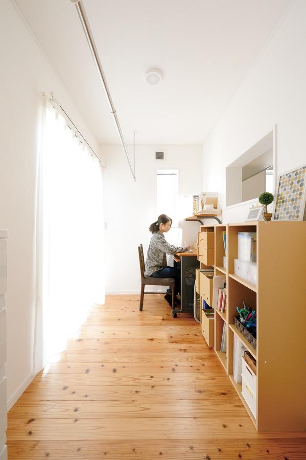 Um House(マル祐戸田建築)【子育て、収納力、間取り】キッチン後ろにある家事室に室内干しのバーをつけて大正解。料理をしながら洗 濯物を干したり、たたんだり。無駄のない動線が働く主婦をサポート