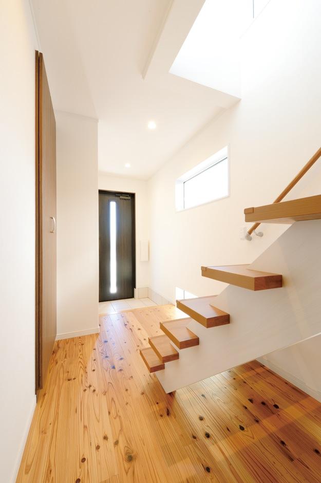 Um House(マル祐戸田建築)【子育て、収納力、間取り】階段横や足下に設けた窓から光があふれる明るい玄関ホー ル。階段のステップ数を通常より多い16段にすることで、1段の高さを抑え上り下りも楽ちん
