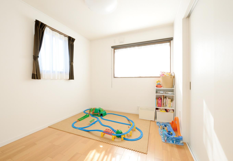Um House(マル祐戸田建築)【子育て、収納力、間取り】子ども部屋は、大きくなって部屋にこもらないよう隣室と引き戸でゆるやかに区切っている