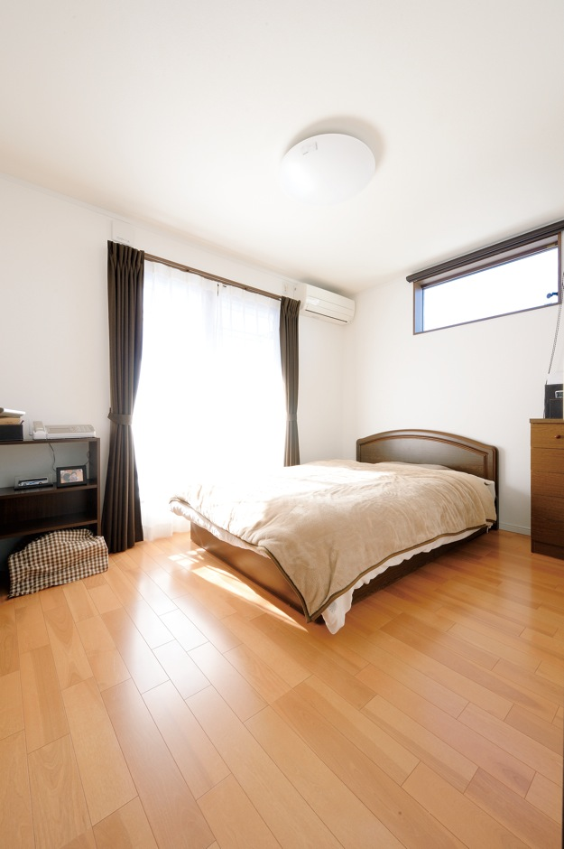 Um House(マル祐戸田建築)【子育て、収納力、間取り】寝室には、Mさん夫妻の服を納める3畳のウォークインクローゼットを用意。クローゼットの内側には無垢の杉板を使用。調湿、防虫効果もあり、大切な衣類をしっかり守ってくれる