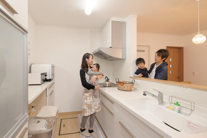 Um House(マル祐戸田建築)【子育て、収納力、間取り】キッチンはいつも家族の様子が見える対面式がやっぱり便利。ホームパーティを開くときは、和食の板前であるご主人が自慢の腕を振るう