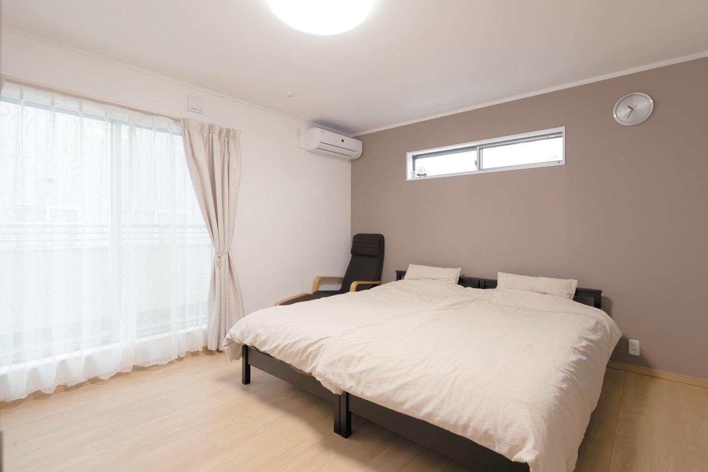 主寝室は一面だけクロスの色を変えてアクセントを 10畳あるので