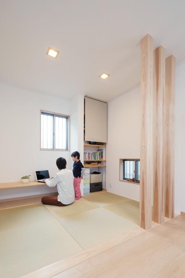 Um House(マル祐戸田建築)【子育て、収納力、間取り】リビングからフラットに続く3畳の畳コーナー。赤ちゃんを寝かせつけたり、洗濯物を畳んだり、パパの書斎など八面六臂の大活躍。造作の収納庫も便利