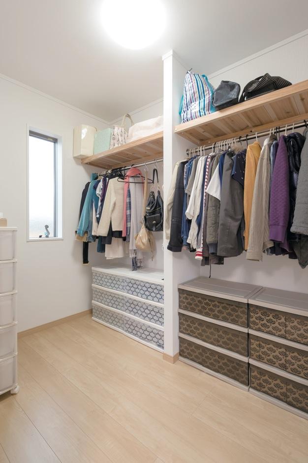Um House(マル祐戸田建築)【子育て、収納力、間取り】寝室内にある3畳のウォークインクローゼット。何がどこにあるのか一目瞭然で、しまいやすく出しやすい