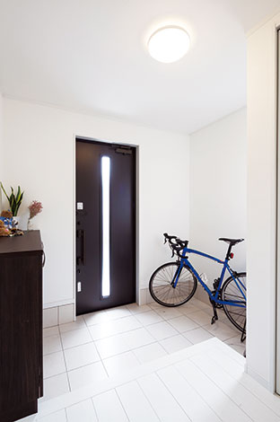 Um House(マル祐戸田建築)【1000万円台、デザイン住宅、間取り】清潔感あふれる広い土間玄関は、ご主人の通勤用自転車も余裕で置ける