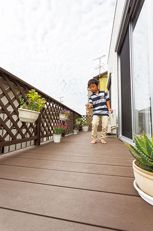 Um House(マル祐戸田建築)【1000万円台、デザイン住宅、間取り】外と中を繋ぐウッドデッキはアウトドアリビングとして大活躍