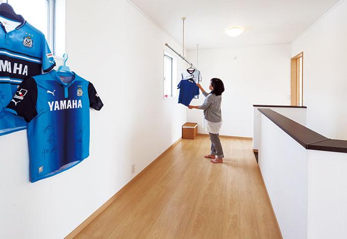 Um House(マル祐戸田建築)【1000万円台、デザイン住宅、間取り】熱狂的なジュビロサポーターのNさん。親子でサッカーができるほど広々としたフリースペースは、室内干しもよく乾く
