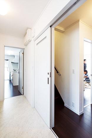 Um House(マル祐戸田建築)【1000万円台、デザイン住宅、間取り】キッチンを起点にぐるぐると回遊できる便利な動線。ママの顔を見てから子ども部屋に向かうリビング階段もこれから活躍しそう
