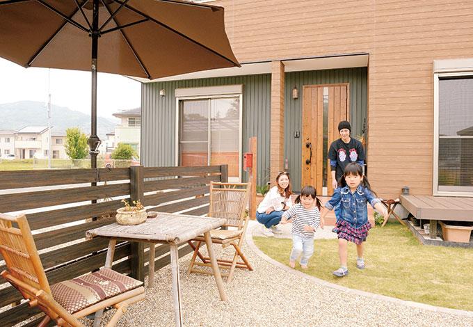 Um House(マル祐戸田建築)【デザイン住宅、子育て、趣味】リビングとひとつながりのウッドデッキでは、親子でシャボン玉を楽しんだり、ボール遊びをしたり。パラソルを付けたお庭は、外からの目線が気にならないリゾート風のプライベートガーデン。ここでバーベキューや子どもがプールを存分に楽しめる