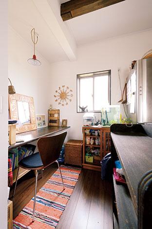 Um House(マル祐戸田建築)【デザイン住宅、子育て、趣味】キッチン横のママカウンターは、奥さまが買い物かごを置いたり、書き物をしたり、時には子どもが宿題をする便利な空間
