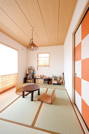 Um House(マル祐戸田建築)【デザイン住宅、子育て、趣味】客間として使う和室。市松模様の襖のオレンジ色に合わせて、ブラインド、畳の縁をコーディネート