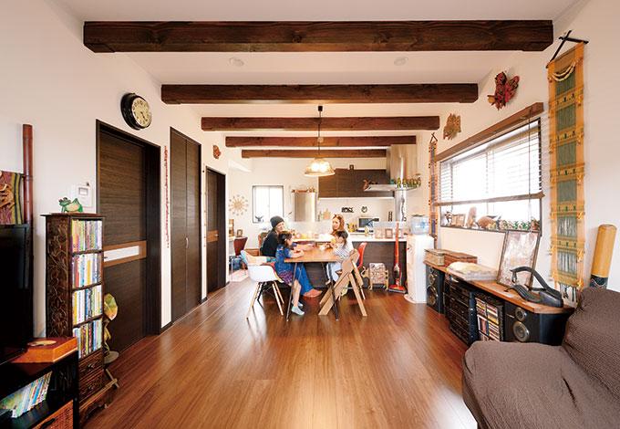 Um House(マル祐戸田建築)【デザイン住宅、子育て、趣味】無垢のウォールナットの質感に近いフロアは足裏に心地よ く、お手入れもカンタン!