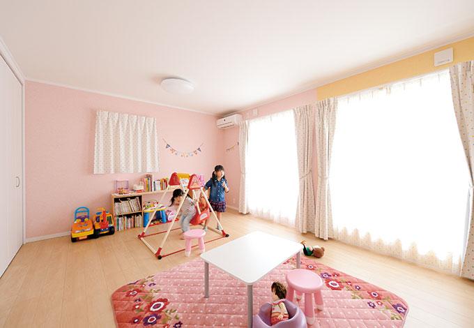 Um House(マル祐戸田建築)【デザイン住宅、子育て、趣味】ピンクとイエローのクロスを使い分けた子ども部屋は、成長に応じて間仕切り可能