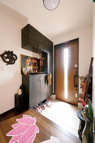 Um House(マル祐戸田建築)【デザイン住宅、子育て、趣味】アジアン雑貨でお出迎えする玄関ホール
