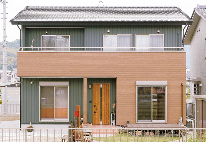 Um House(マル祐戸田建築)【デザイン住宅、子育て、趣味】グリーンのガルバリウムと木目のサイディングが融合したシンプルモダンな外観
