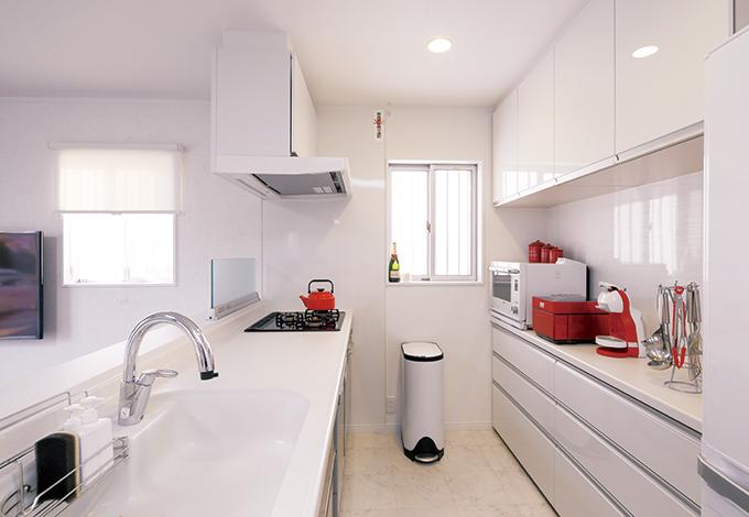 Um House(マル祐戸田建築)【1000万円台、子育て、収納力】長身の奥さまに合わせて、キッチンはやや高めに。バックヤードも白一色でまとめ、統一感を出した