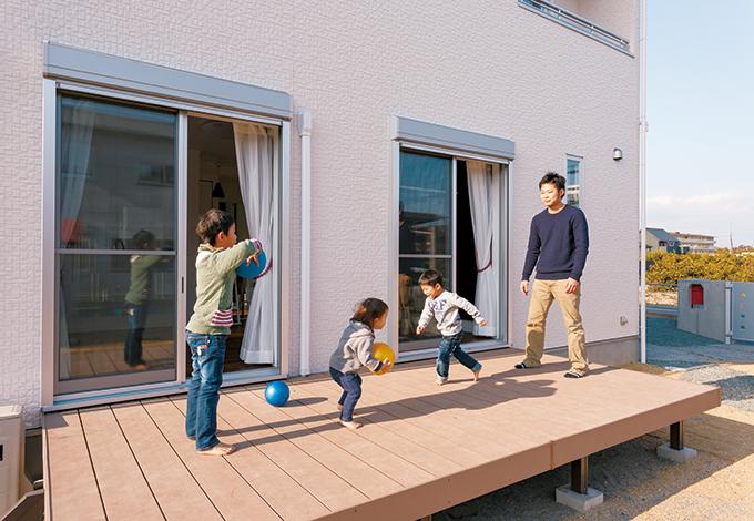 Um House(マル祐戸田建築)【1000万円台、子育て、収納力】大きなウッドデッキは親子のふれあいスペース。すぐ目の前には砂場付きの広い庭もあり、13人のお友達が遊びにくることも