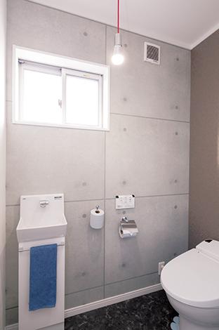 Um House(マル祐戸田建築)【1000万円台、子育て、収納力】照明器具と並んで、壁紙もさまざまなテイストのデザインを選び、各空間に遊び心を演出した