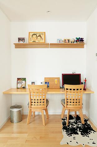 Um House(マル祐戸田建築)【収納力、二世帯住宅、間取り】リビングに設けたカウンターは、今のところパソコンコーナーになっているが、将来は子どもの学習用に。親の目が届く場所で安心