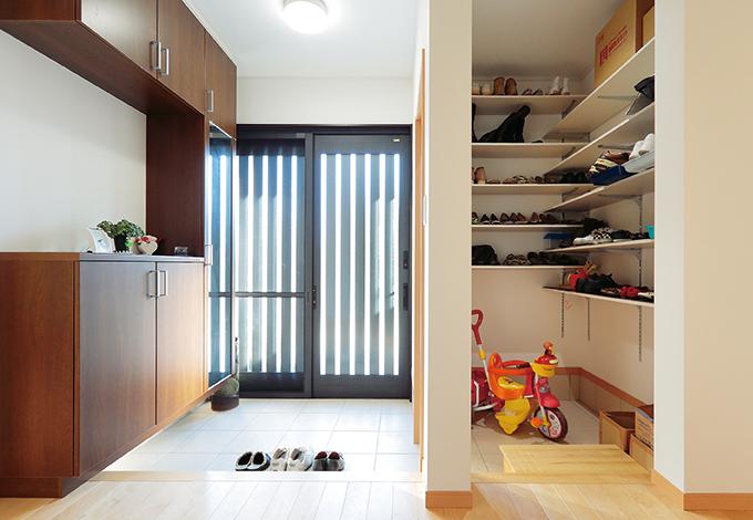 Um House(マル祐戸田建築)【収納力、二世帯住宅、間取り】玄関は土間収納を設け、三世代分の家族の靴もすっきりと収納できる