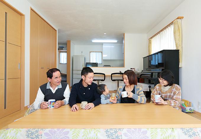 Um House(マル祐戸田建築)【収納力、二世帯住宅、間取り】1 階のLDKには、家族みんなが集まって食事を楽しめるよう、大きな掘りごたつが作られた。親世帯のキッチン横には書斎兼家事室を設けた