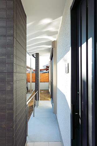 Um House(マル祐戸田建築)【収納力、二世帯住宅、間取り】バリアフリーにも配慮されたI邸。玄関スロープのほか、廊下や階段も幅広に