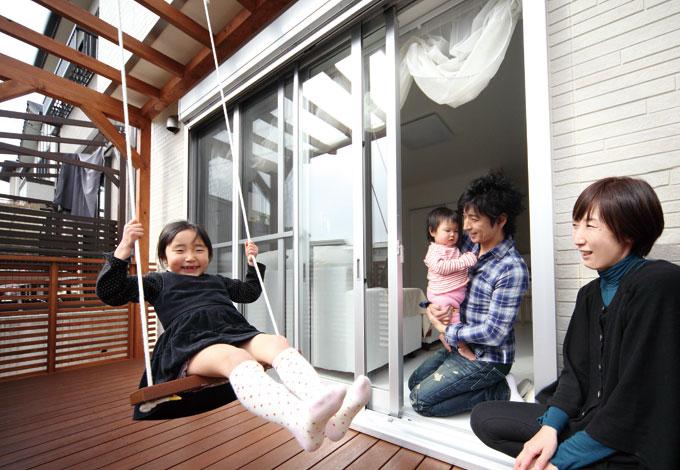 Um House(マル祐戸田建築)【子育て、収納力、間取り】お気に入りの手作りブランコで大満足の笑顔
