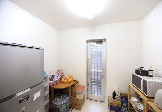 Um House(マル祐戸田建築)【子育て、収納力、間取り】冷蔵庫や電子レンジ、炊飯器などもパントリーへ。第2のキッチンの役割を果たし生活 感を出さない工夫がなされている