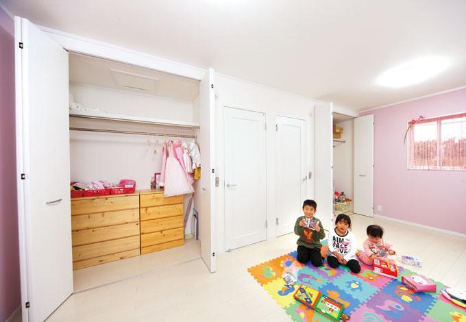 Um House(マル祐戸田建築)【子育て、収納力、間取り】将来間仕切り可 能な子ども部屋。長女が好きなピンクをテーマカラーに