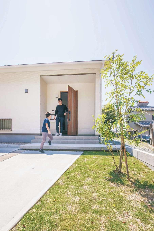 Um House(マル祐戸田建築)【間取り、ペット、平屋】外構は『マル祐戸田建築』紹介の業者にオーダー。外観との相性もぴったりで、丁寧な仕上がりにSさんも大満足だ