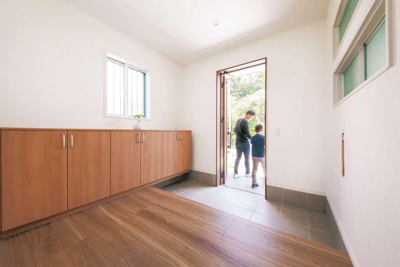 Um House(マル祐戸田建築)【間取り、ペット、平屋】玄関ホールも広々としたスペースを確保。靴やスリッパは靴箱に入る量だけを保有し、いつも整頓された印象に