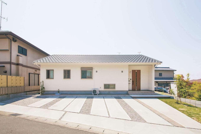 Um House(マル祐戸田建築)【間取り、ペット、平屋】「【家】と聞いて思い浮かべる、三角屋根に四角い箱を組み合わせたシンプルな形にしたくて。すっきりしたデザインに仕上がって嬉しいです」と奥さま