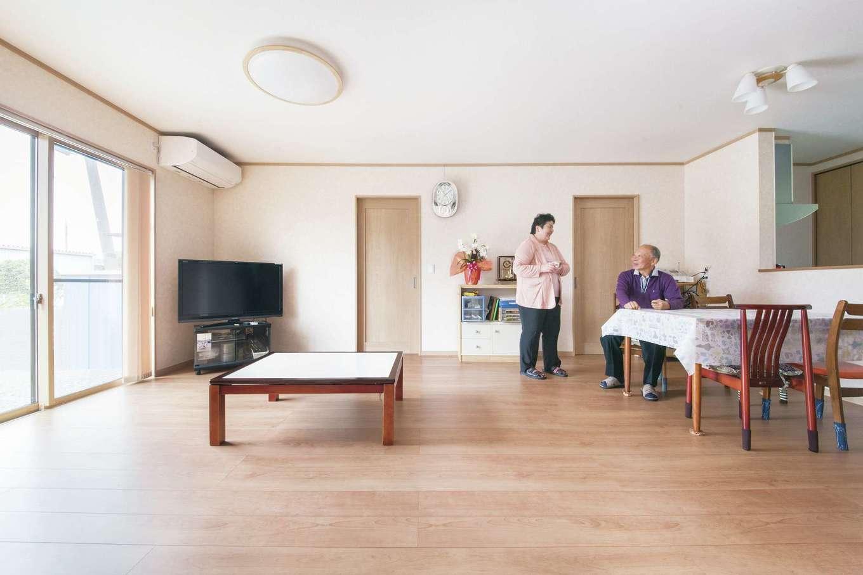 Um House(マル祐戸田建築)【和風、二世帯住宅、間取り】南面に大きな掃き出し窓を設け、光と風を取り込むLDK。以前の家とは比較にならないほど明るい空間になった。正月や盆に親戚が大勢集まっても余裕の広さ