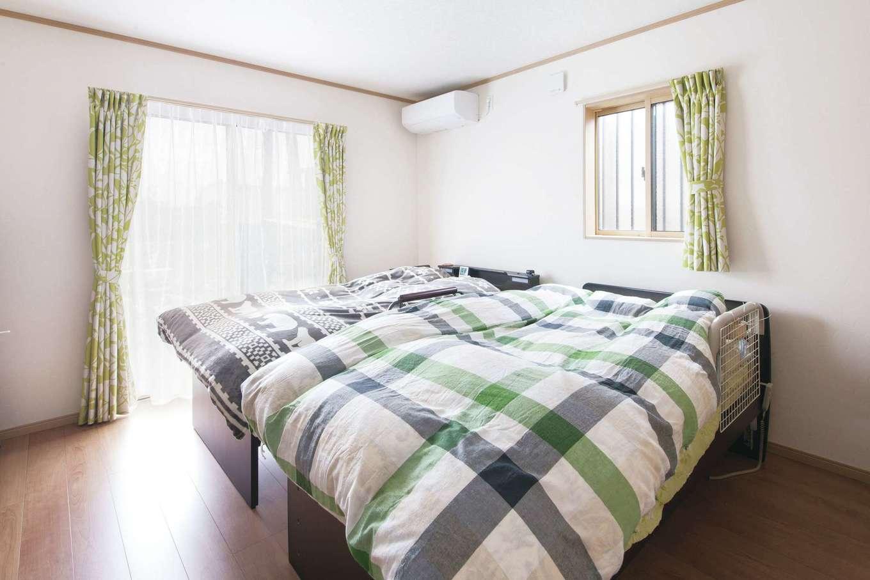 Um House(マル祐戸田建築)【和風、二世帯住宅、間取り】主寝室のファブリックは奥さまの好きなグリーンでコーディネート。トイレへの動線もスムーズで安心