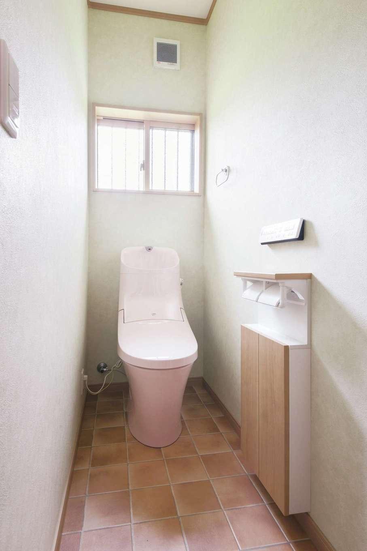 Um House(マル祐戸田建築)【和風、二世帯住宅、間取り】採光たっぷりで気持ちのいいトイレ