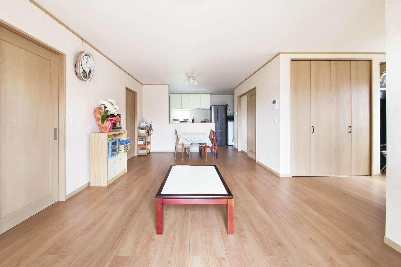 Um House(マル祐戸田建築)【和風、二世帯住宅、間取り】木肌のぬくもりを感じる22畳のLDK。キッチンからフロア全体と庭まで見渡せるので、奥さまの料理タイムも楽しくなりそう。収納スペースも十分確保し、リビングを常にすっきりと見せることができる