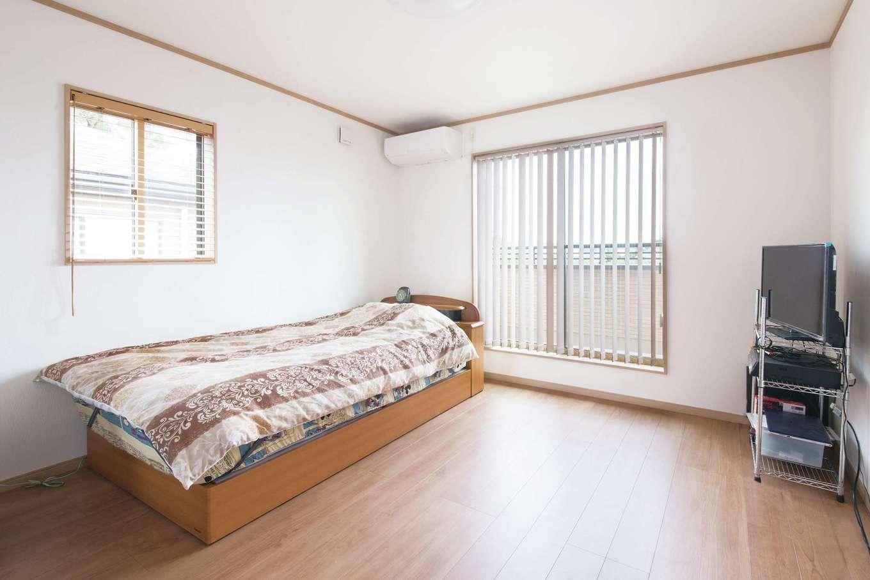 Um House(マル祐戸田建築)【和風、二世帯住宅、間取り】光と風に満ちた次男の個室。バルコニーに直結で、布団も毎日簡単に干せる