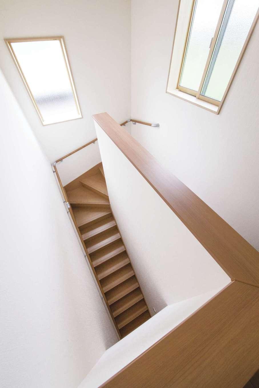 Um House(マル祐戸田建築)【和風、二世帯住宅、間取り】十分な光が行き渡る明るい階段ホール。窓の大きさや位置を考慮して、風通しも抜群