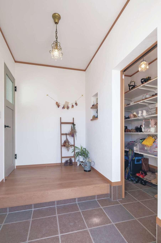 Um House(マル祐戸田建築)【デザイン住宅、間取り、屋上バルコニー】ゆったりとした玄関ホールには奥さまお気に入りの雑貨をディスプレイ