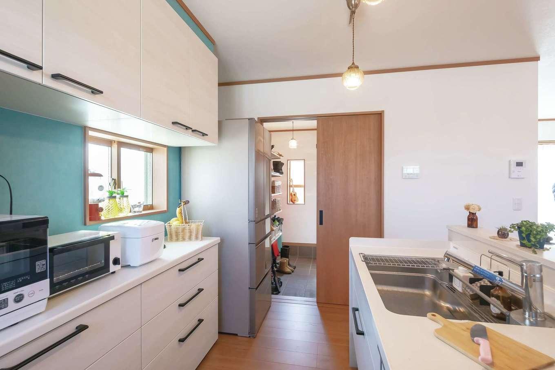 Um House(マル祐戸田建築)【デザイン住宅、間取り、屋上バルコニー】玄関のシューズクロークとつながる家事動線。買い物の荷物をそのままキッチンに運べるのが便利